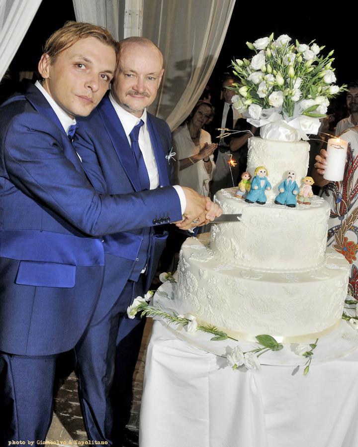 matrimonio civile gay - taglio della torta - wedding planner roma - unione civile da vip tra Preziosa e Puccioni